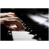 aula de piano para criança pequena