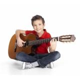 aula de violão para criança pequena